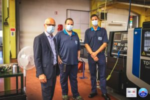 Xavier Roseren félicite deux lauréats du fonds de soutien de modernisation de la filière automobile